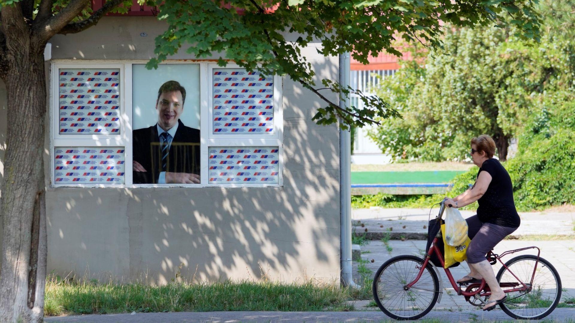 Вучич засипа сърбите с обещания: Високи пенсии, заплати, стимули за повече деца