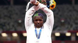 Разследват олимпийска медалистка заради жест на подиума