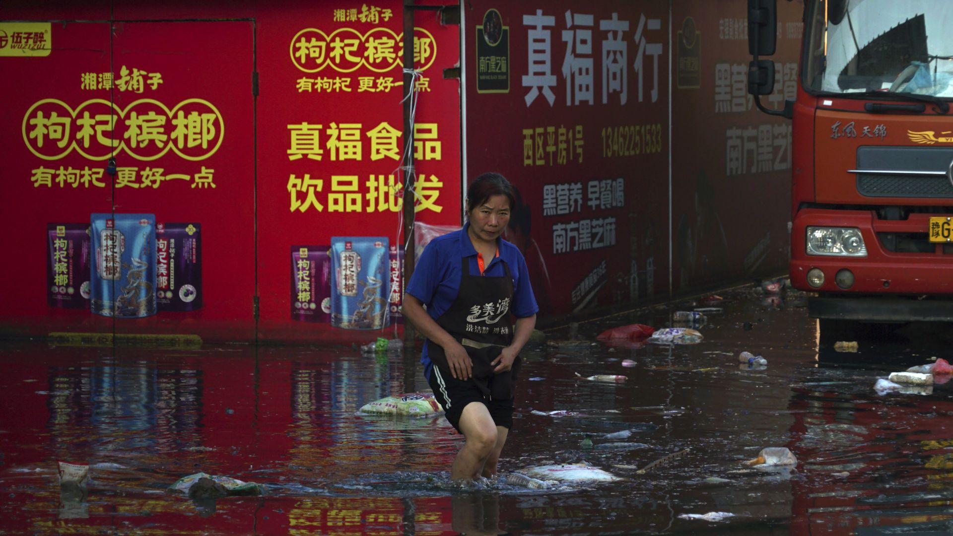 Жертвите на наводненията в Китай надминаха 300 (снимки/видео)