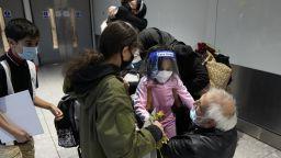 Сълзи от радост: Падна карантината в Англия и Шотландия за ваксинираните от ЕС и САЩ (снимки)