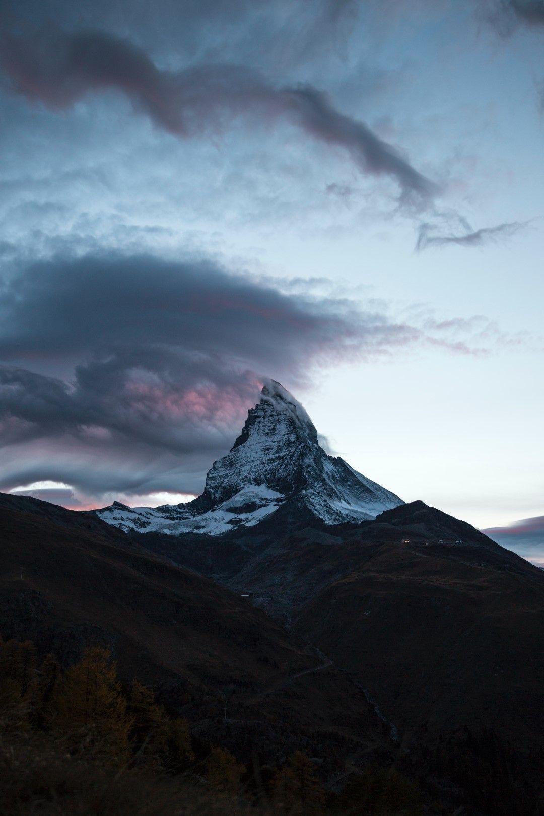 Матерхорн - гледка от Цермат в Швейцария - един от популярните зимни курорти в страната. Контрастът между уредената безопасност на ски курорта и суровата природа на върха ни напомня колко сме крехки.