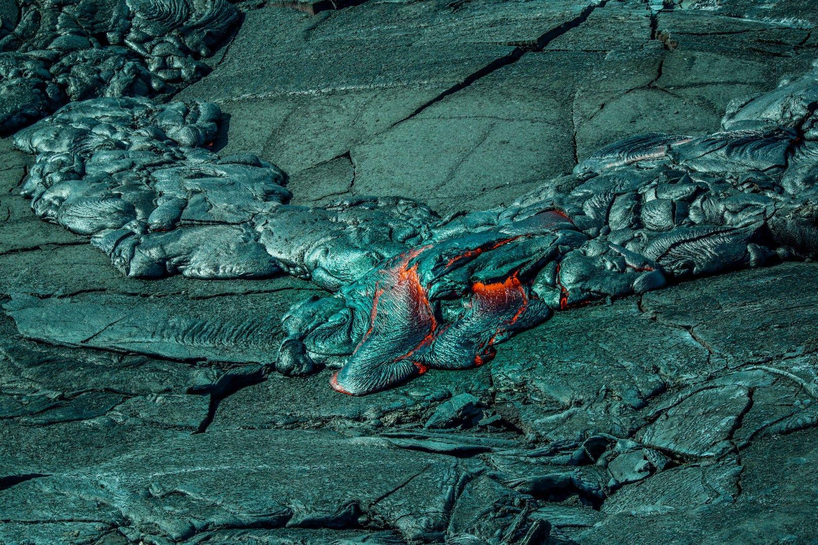 Кипене и застиване на лава край вулкана Фаградалсфядл в Исландия.