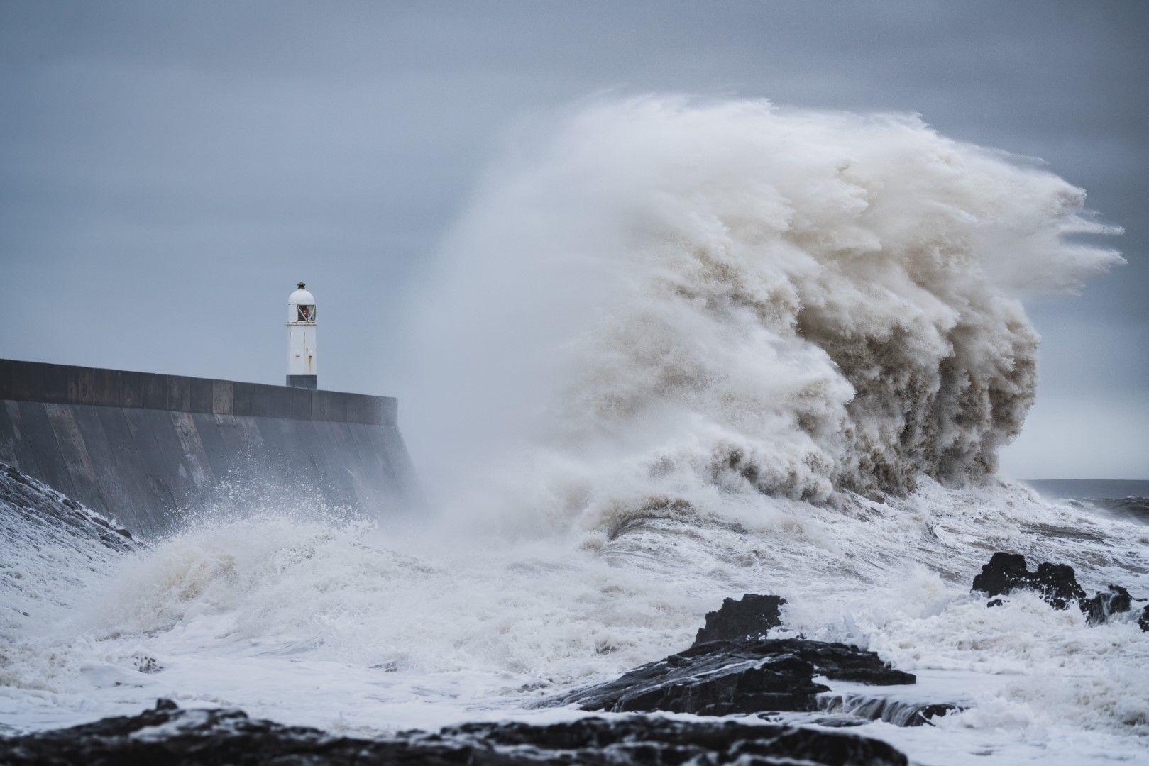 Буря при фара в Порткоул, Великобритания