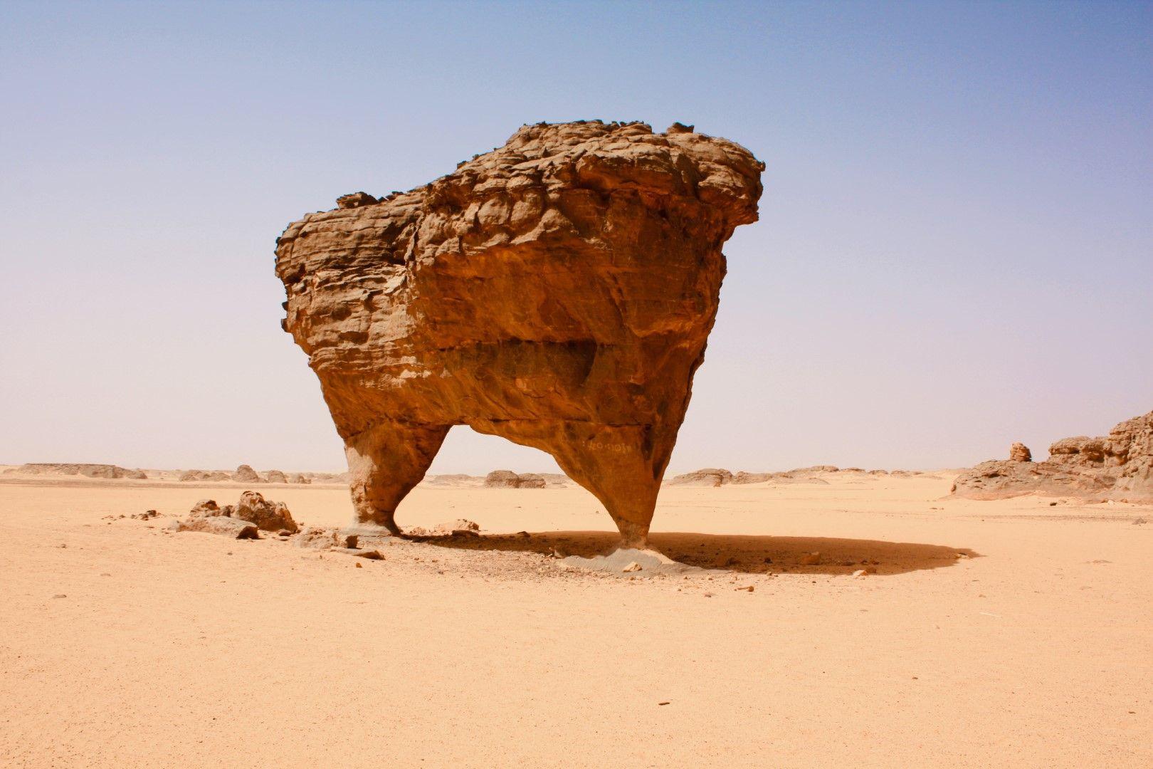 Тасили де Хугор - тази скала с необичайна форма балансира по този начин в алжирската част на Сахара от векове.