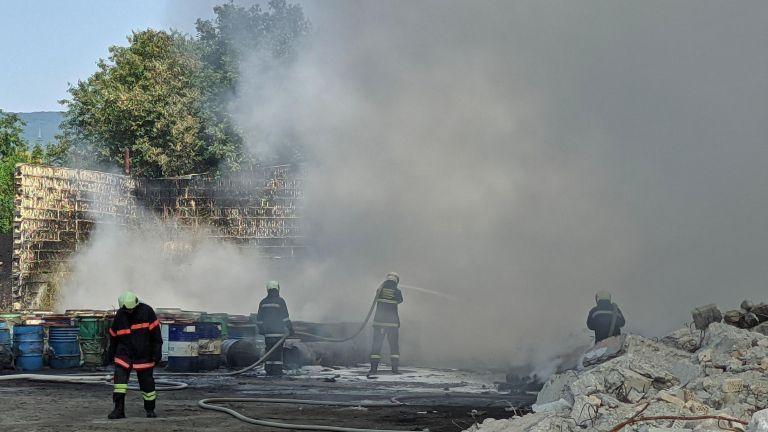 Пламъци обхванаха депо за стари гуми до пречиствателната станция в Тополи (снимки)