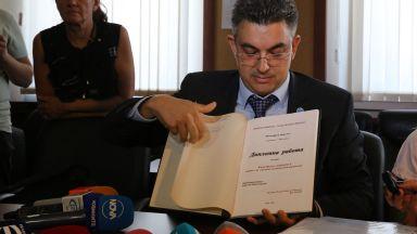 Пламен Николов показа дипломите си, министрите - до края на деня (видео)