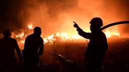 Пожарът край Атина се разраства, хората се евакуират