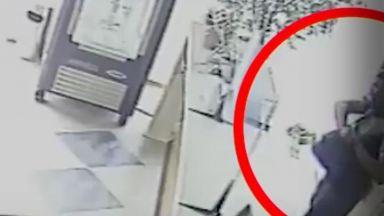 Мъж обра касата в хотел, отвори я с шперц (видео)