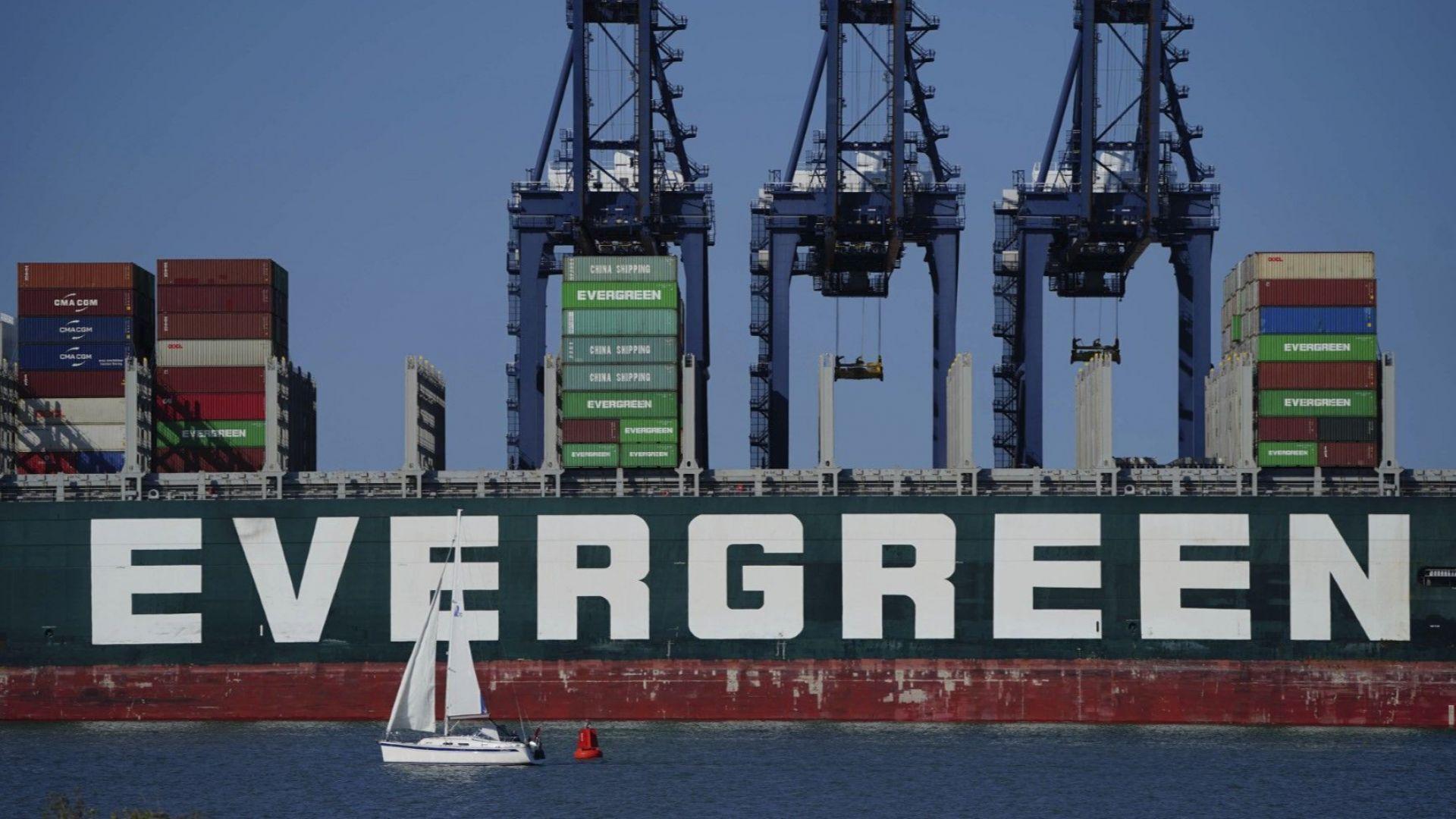 Прословутият кораб Ever Given акостира на британския бряг с 4 месеца закъснение (видео)
