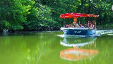Разходка с лодка по река Ропотамо: да плаваш в лонгозната гора