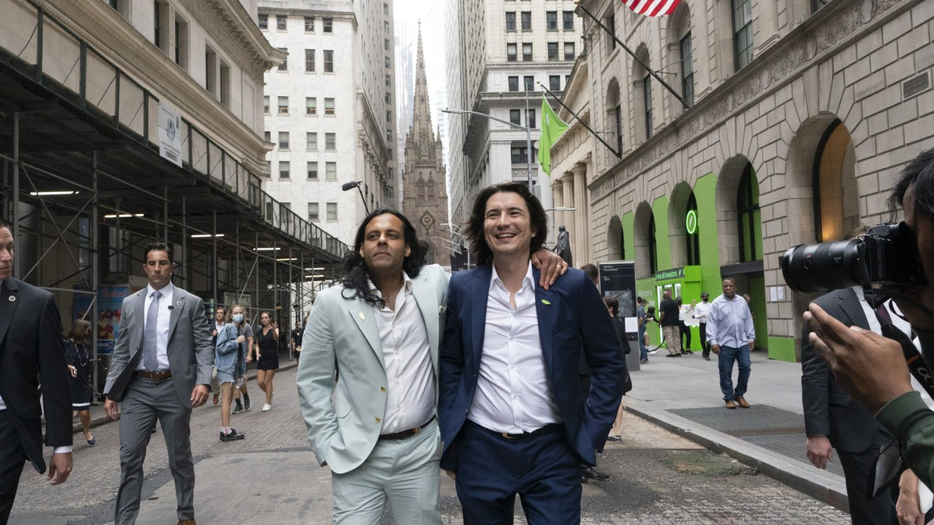 Байджу Бхат е сложил ръка на рамото на Владимир Тенев за снимка пред Нюйоркската фондова борса след IPO на тяхната компания в Nasdaq на 29 юли 2021 г. в Ню Йорк