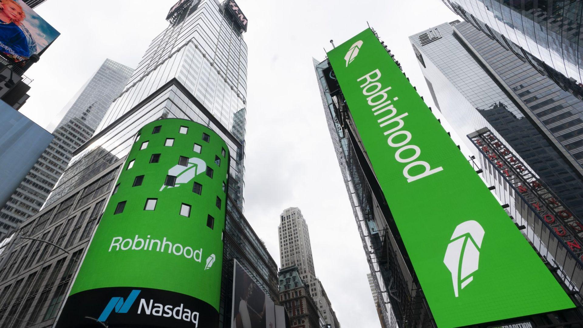 Електронните екрани на Таймс Скуеър в Ню Йорк обявяват IPO на Robinhood, четвъртък, 29 юли 2021 г.
