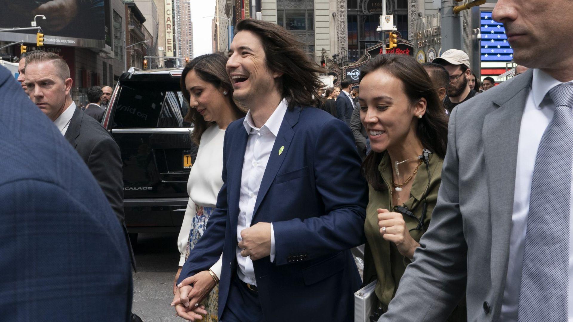 Владимир Тенев, главен изпълнителен директор и съосновател на Robinhood,  се разхожда на Таймс Скуеър в Ню Йорк след IPO на компанията си на 29 юли 2021 г. Вляво от него (с бялата блуза) е съпругата му Селина
