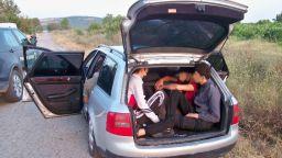 """След гонка: Заловиха каналджия с """"Ауди"""" с 9 нелегални имигранти (снимки)"""