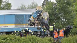 """Подминат знак """"Стоп"""" зад влаковата катастрофа в Чехия, 3 са вече жертвите (видео)"""