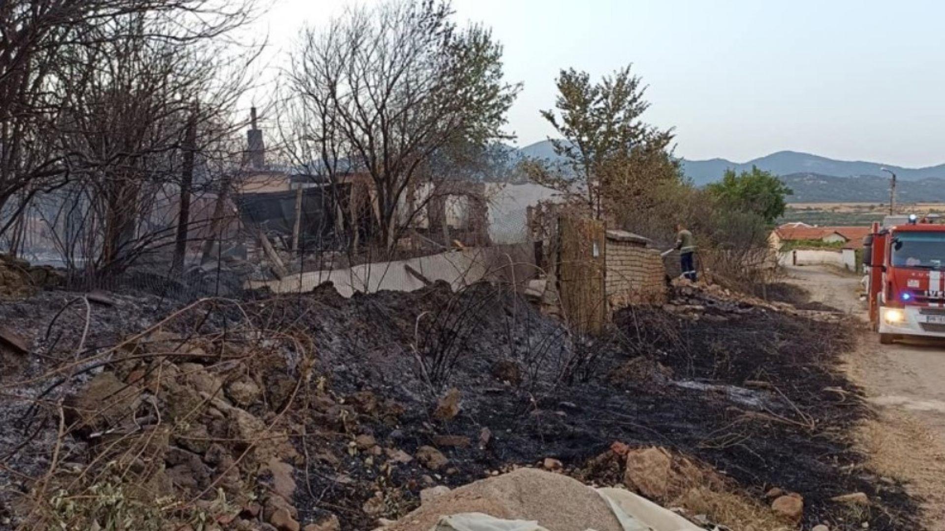 Траур в 3 общини заради загиналите лесничеи. Старосел е спасен, но 6 къщи изгоряха