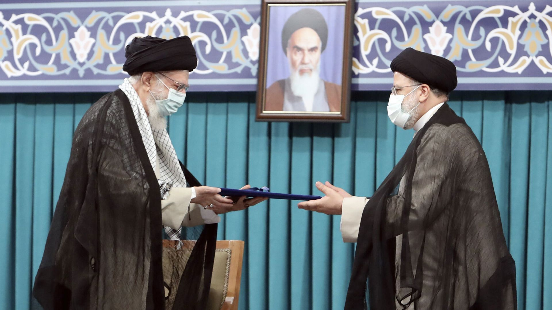 Новият президент на Иран полага клетва, затварят летища и банки