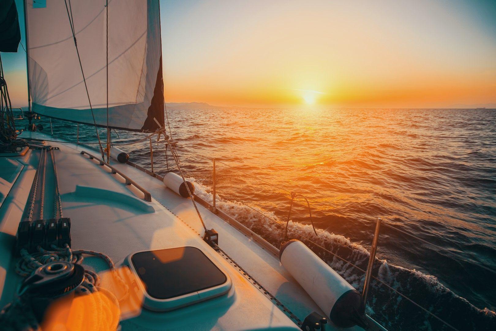 Залез на яхта сред гръцките острови