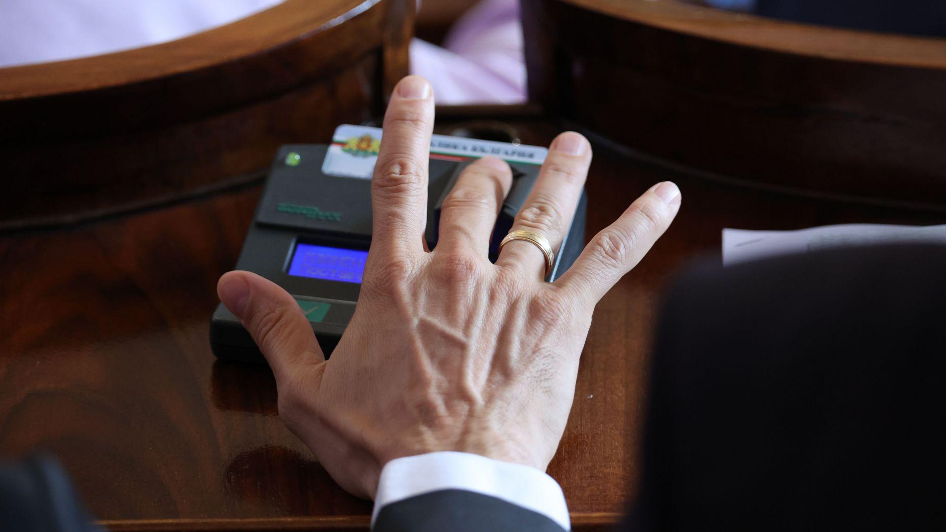 """Приеха правилника на НС: Само 8 депутати гласуваха """"за"""" намаляване на заплатите"""