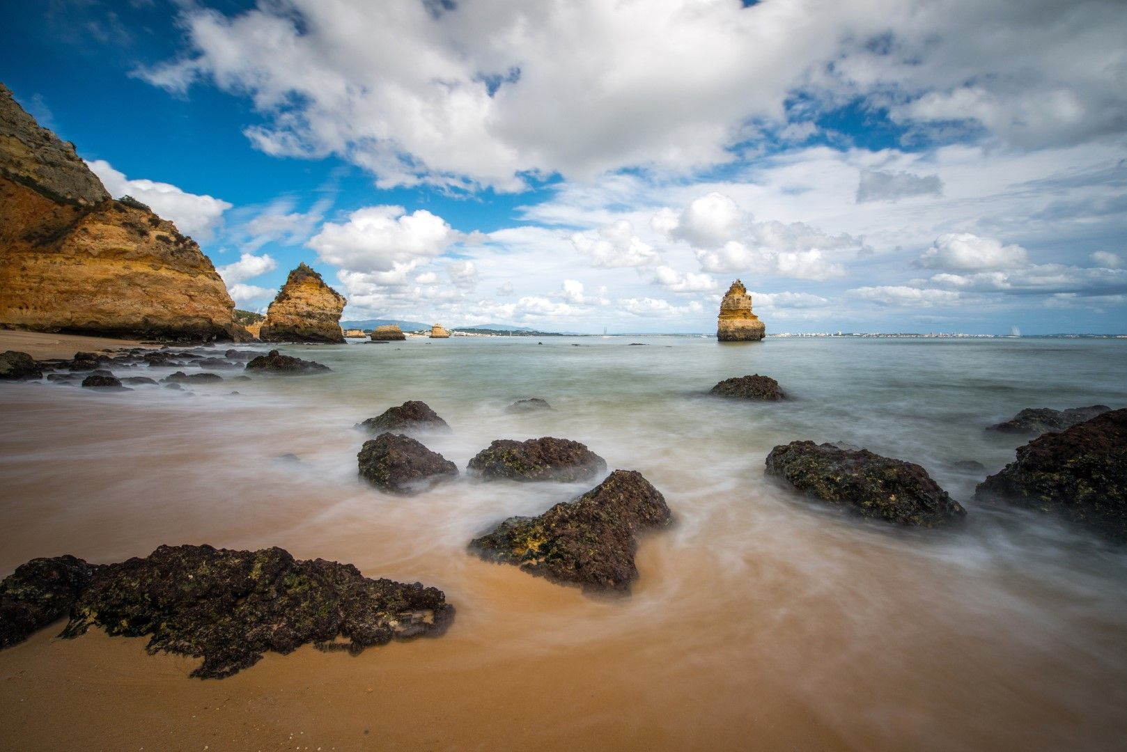 Водата на плажа Камило е спокойна и плитка