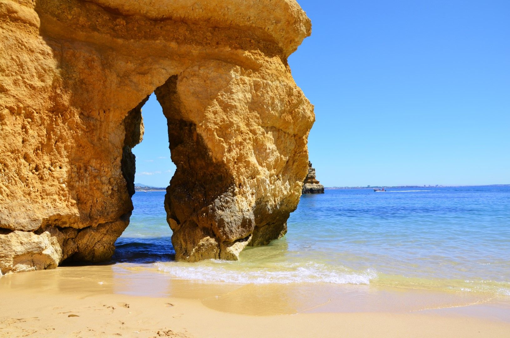 Арката, по която се различава плажът Камило