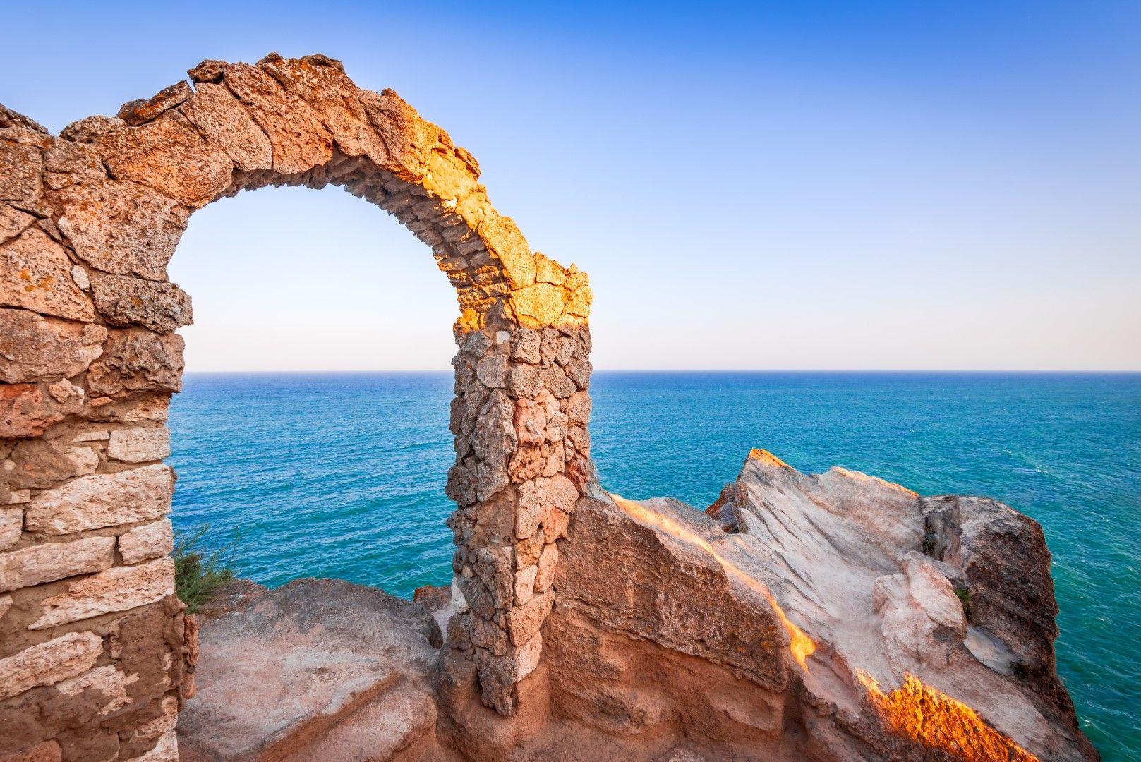 """Арката на параклиса """"Свети Николай"""" на нос Калиакра"""