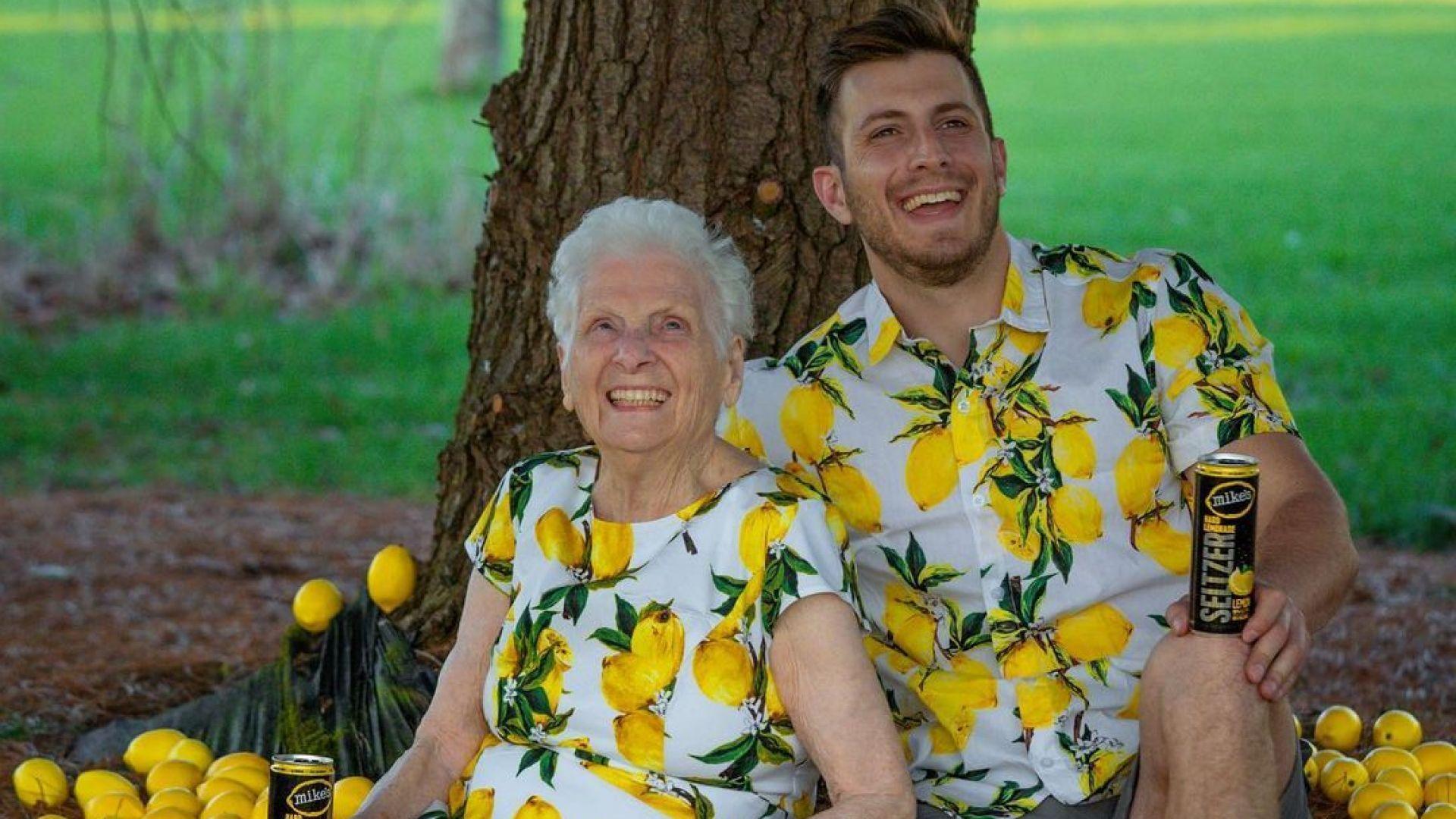 Баба и внук инфлуенсъри приготвиха най-голямата бисквита Орео в света