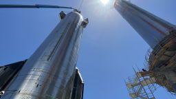 Илон Мъск сглоби най-голямата ракета в историята (снимки)