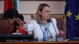Митева отказа да свика извънредно заседание на парламента и атакува Иванов и Манолова