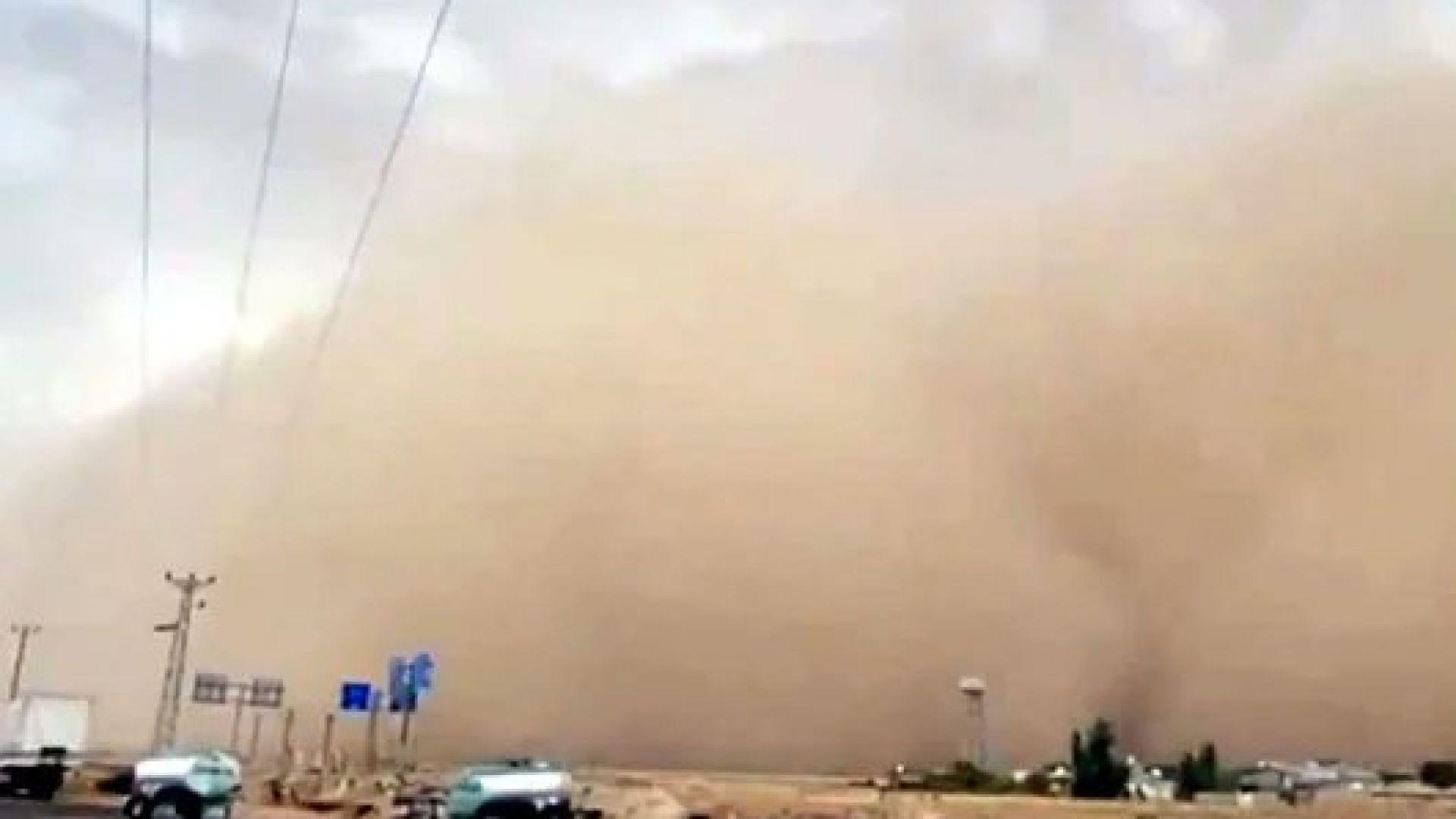 Мощна пясъчна буря удари Турция, а пожарите не стихват (снимки и видео)