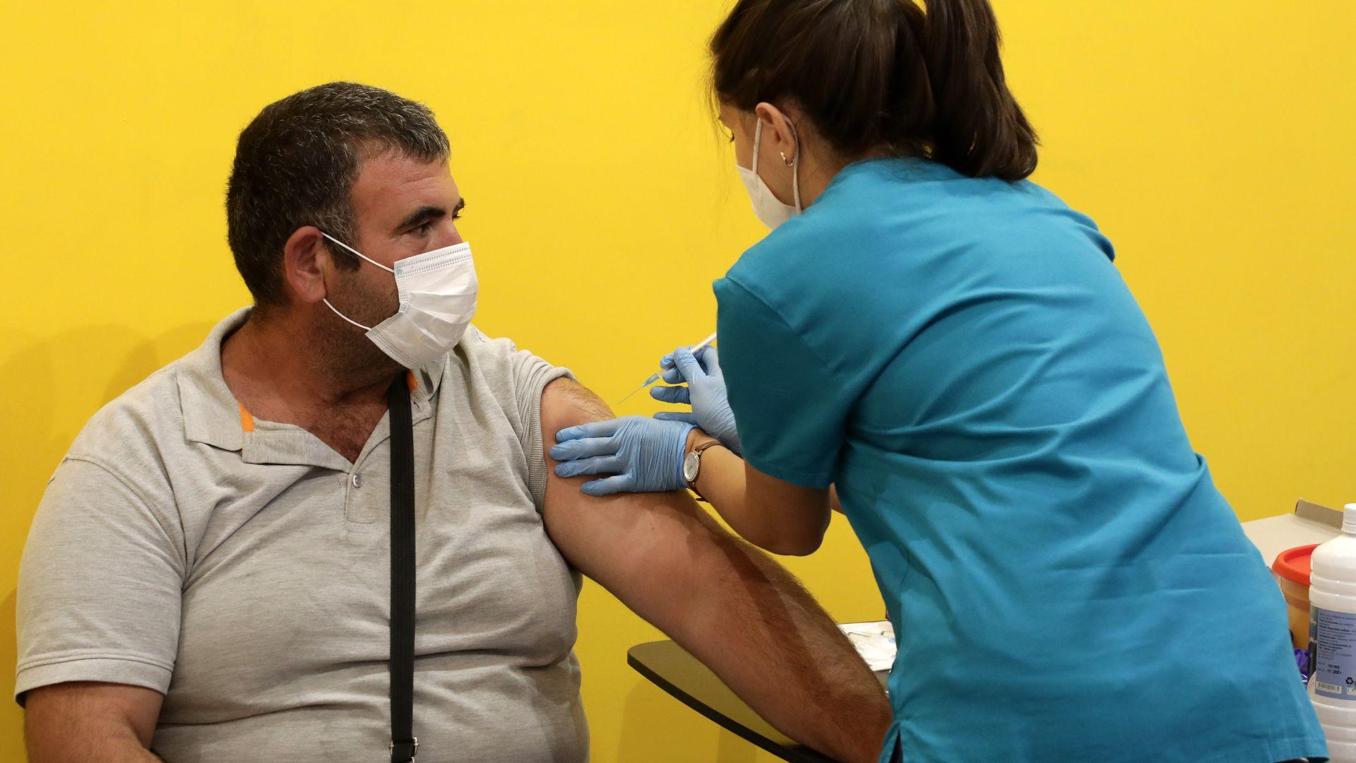Фандъкова ускорява ваксинацията в столицата с още един пункт при метрото на НДК