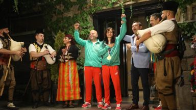 Гайдари посрещнаха златната Стойка Кръстева у дома