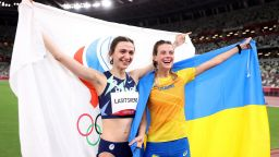 Привикаха украинска медалистка на разпит заради снимка с шампионка от Русия