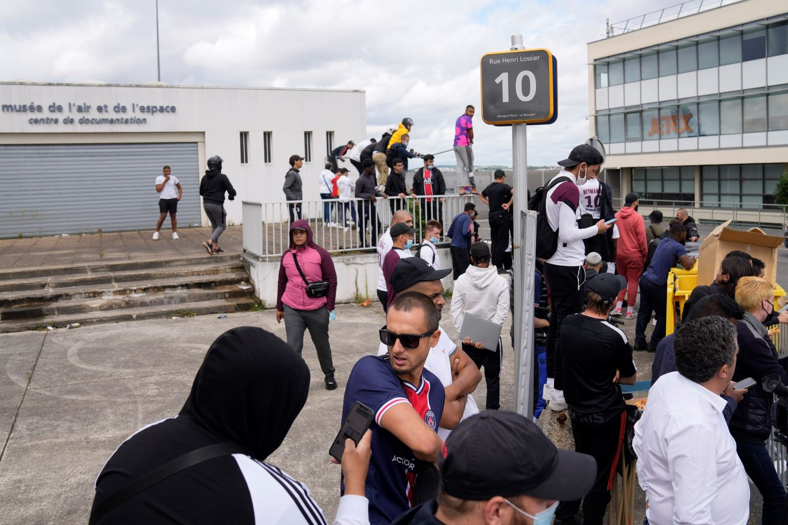 """Летище """"Ла Бурже"""" - фенове на ПСЖ чакат да кацне частният самолет на Меси"""