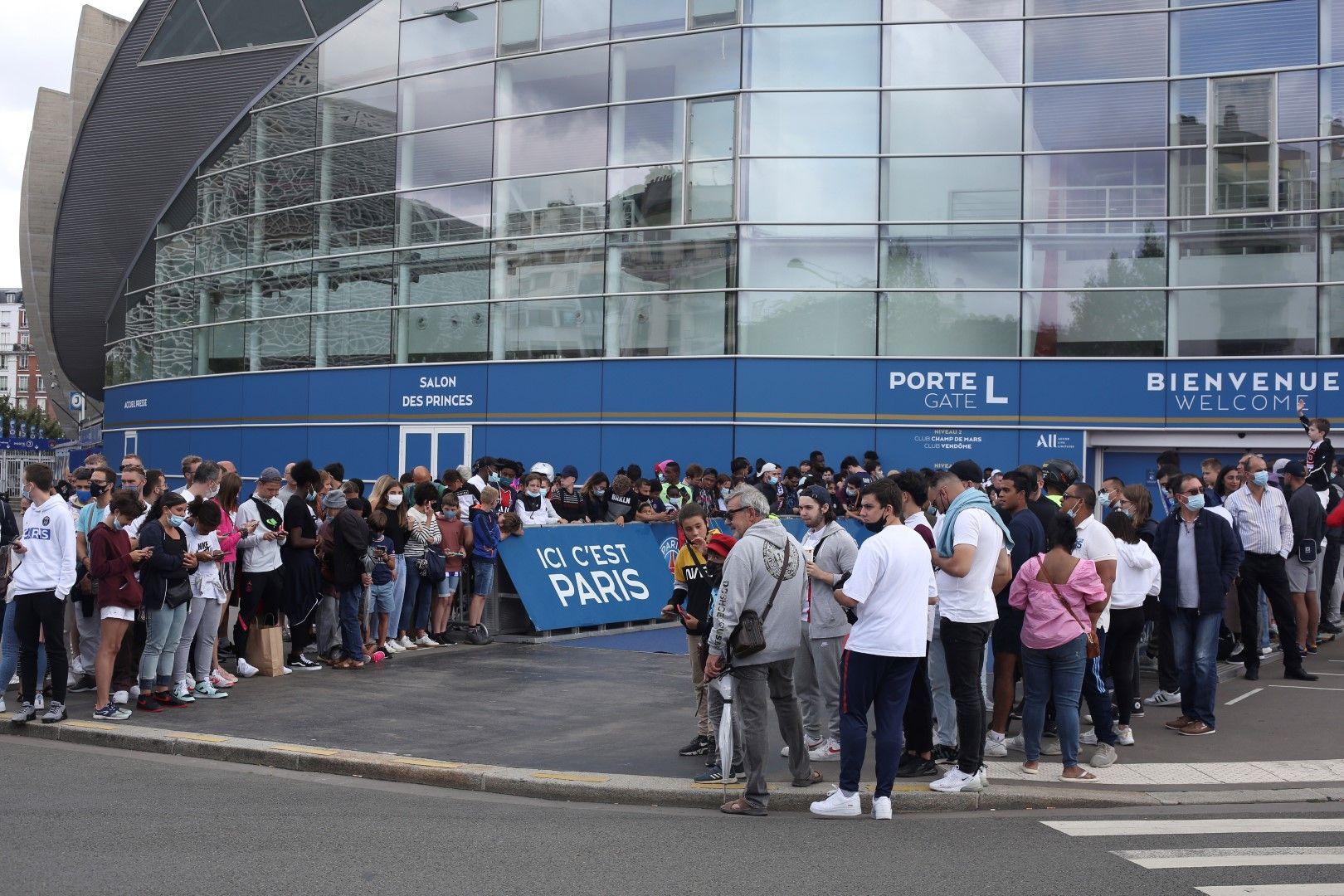 """Стадион """"Парк де Пренс"""" е обсаден от понеделник в очакване на новината - ПСЖ да вземе Лео Меси"""