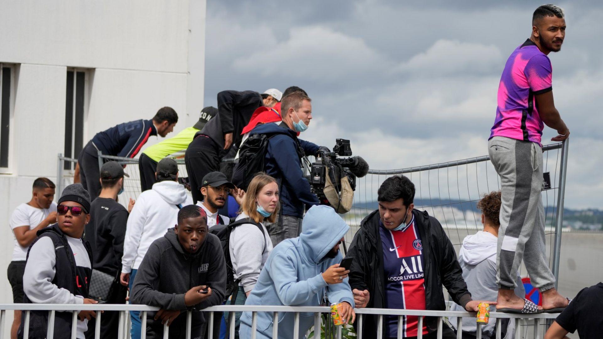 Хиляди фенове не спаха и обсадиха парижко летище, за да чакат Меси