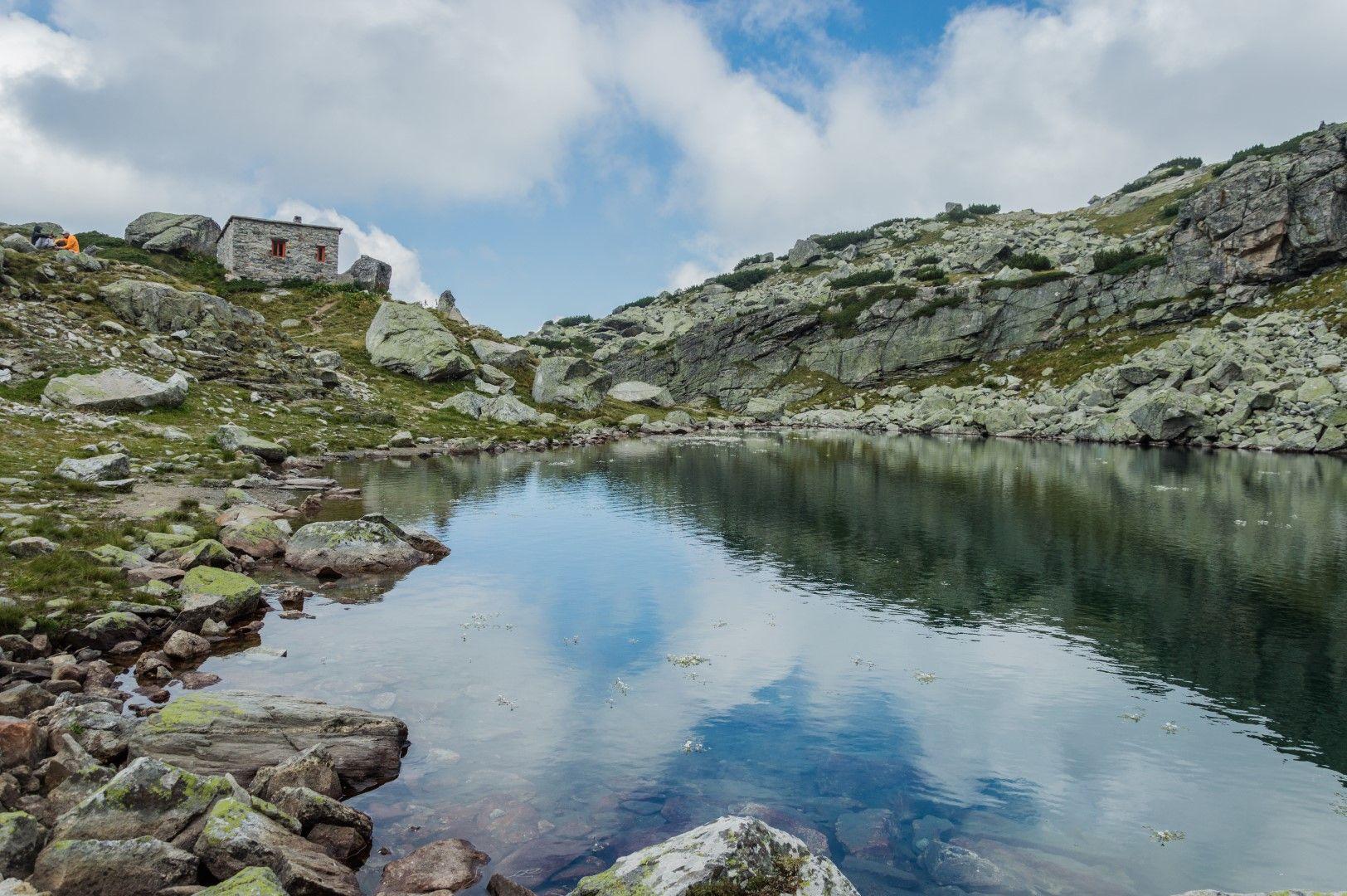 Страшното езеро с едноименния заслон на брега му