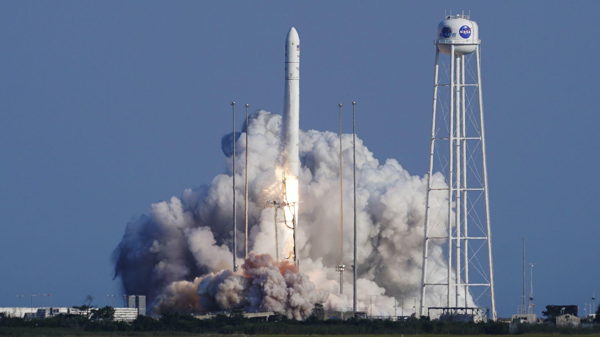 """Американският космически кораб """"Сигнус"""" беше изстрелян с нов товар за МКС"""