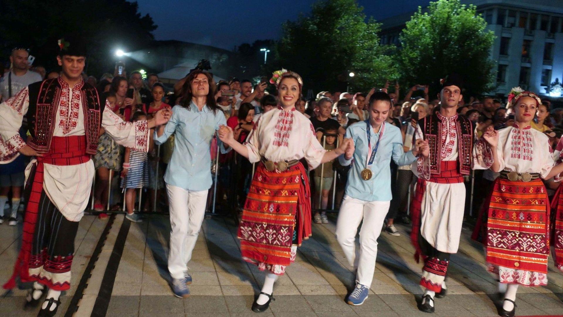 Шампионско посрещане в Плевен за Стойка Кръстева и Ивет Горанова (Снимки)