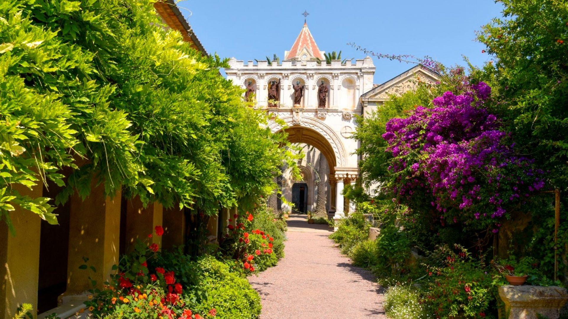 Миниатюрният френски остров, на който монаси правят вино