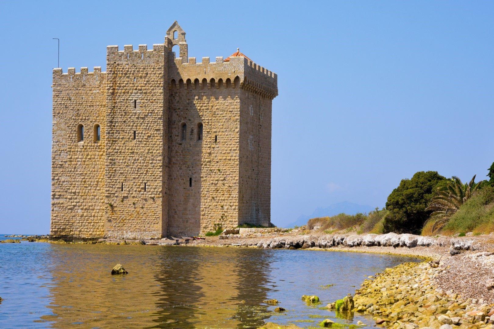 Средновековната укрепена кула стърчи направо от водата