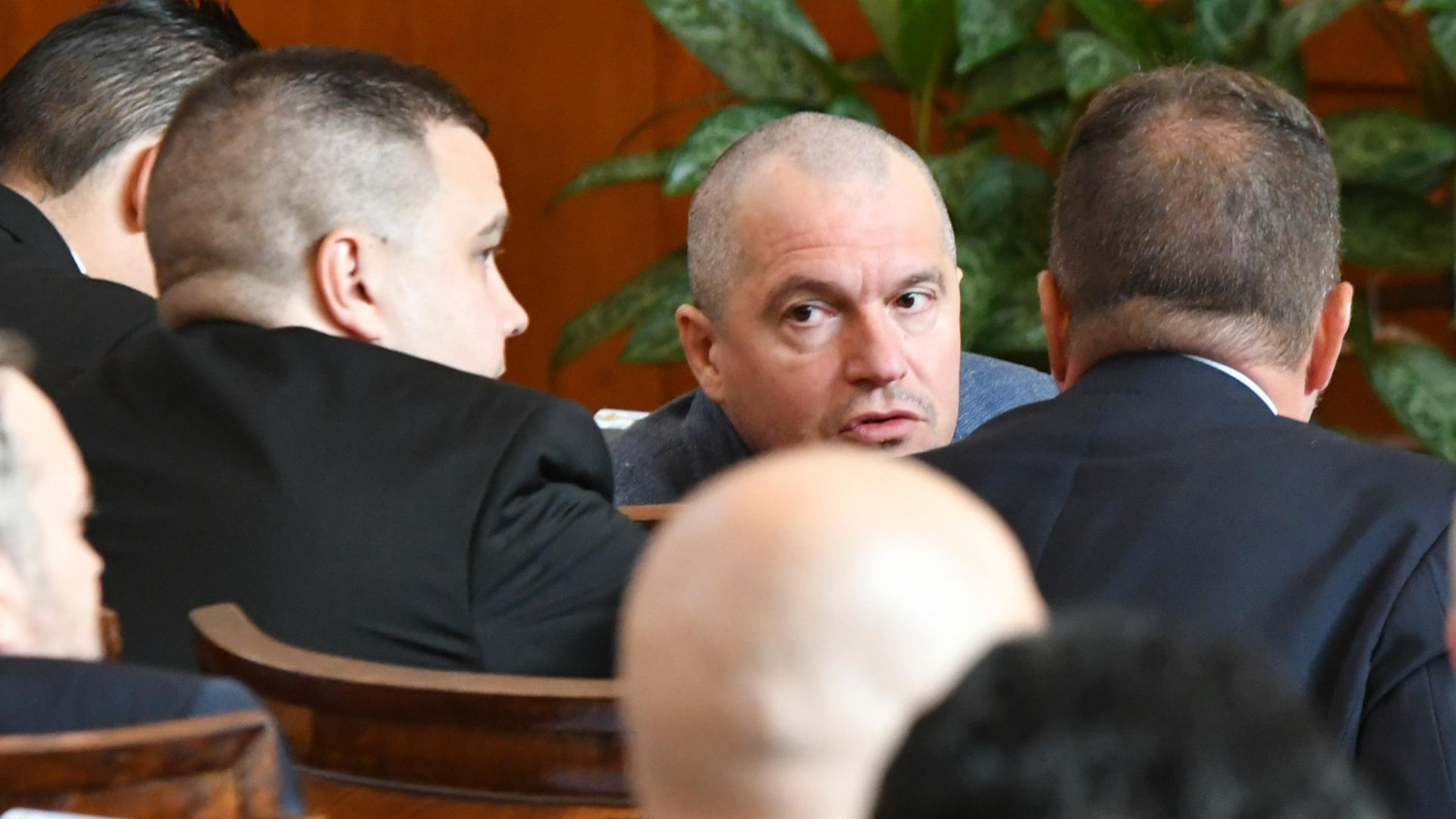 РЗИ влезе в НС и глоби Тошко Йорданов и Николай Хаджигенов, защото са без маски