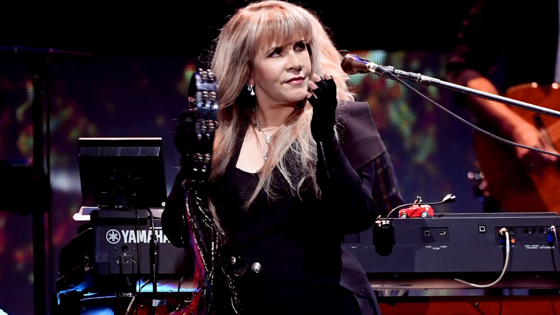 Пандемията принуди певицата Стиви Никс да отмени концертите си до края на годината