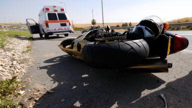 Моторист се заби в патрулка, тя се завъртя и се блъсна в камион