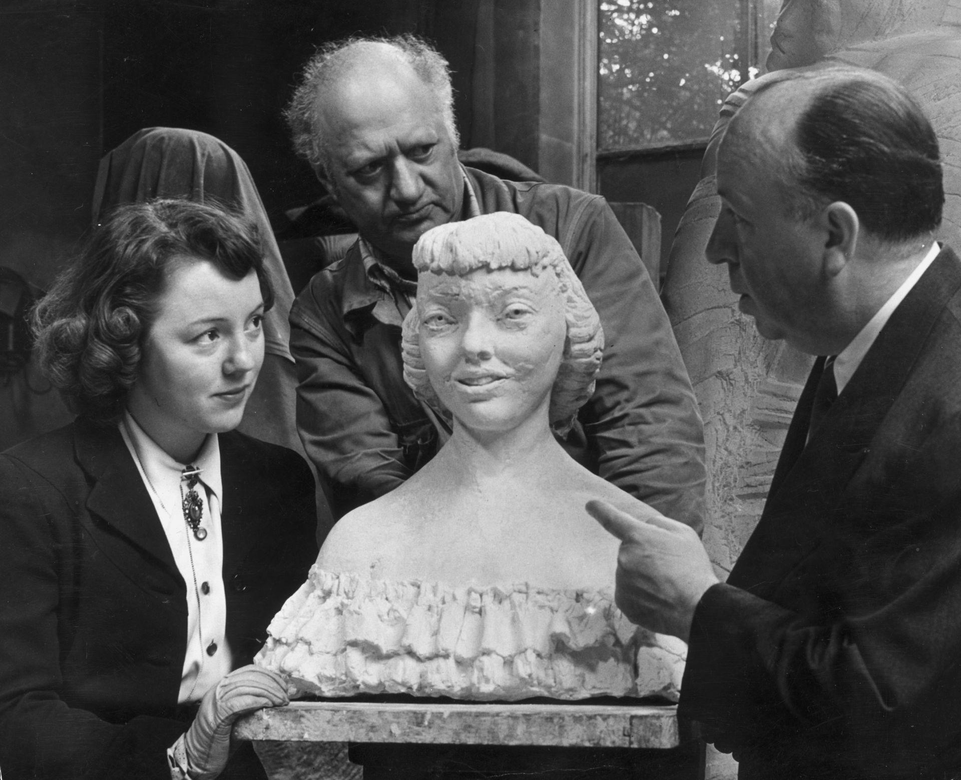 Британският скулптор Джейкъб Епщайн (1880 - 1959) току -що завърши своя модел на Патриша Хичкок, дъщеря на британския кинорежисьор Алфред Хичкок