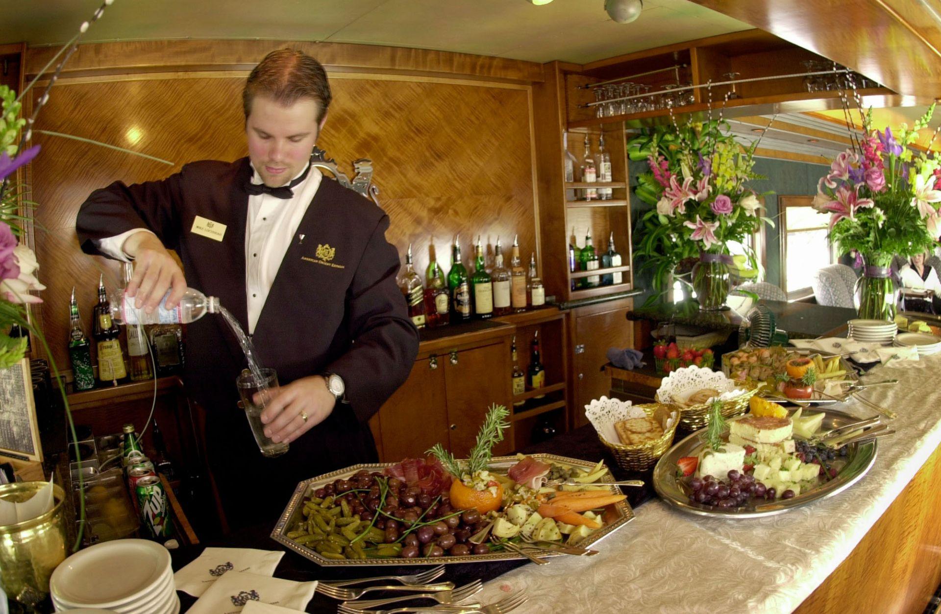 Шеф готвач подготвя гурме меню за пътуващите във влака