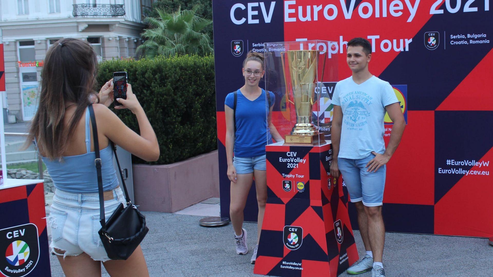 Стотици се снимаха с трофея на Евроволей 2021