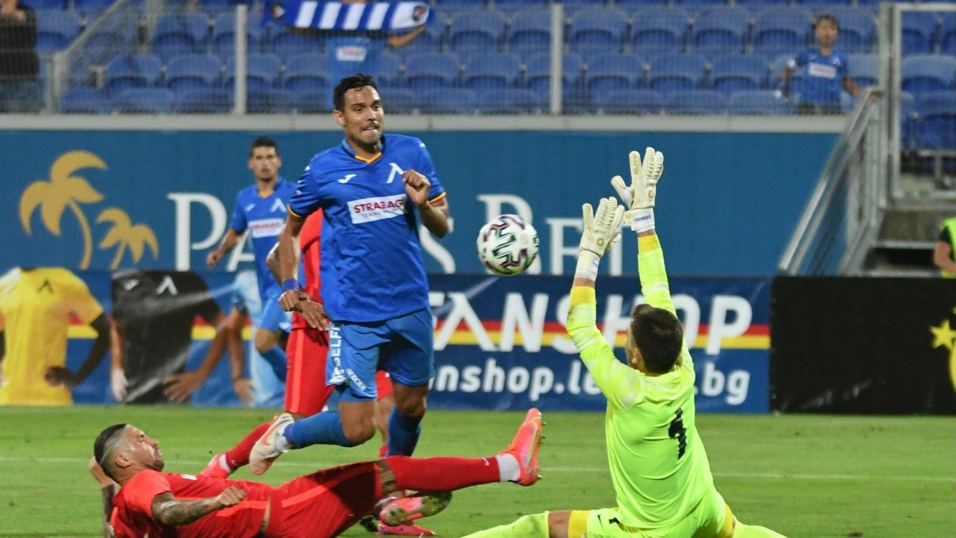 """Играч на """"Левски"""" загубил съзнание на терена за няколко секунди"""