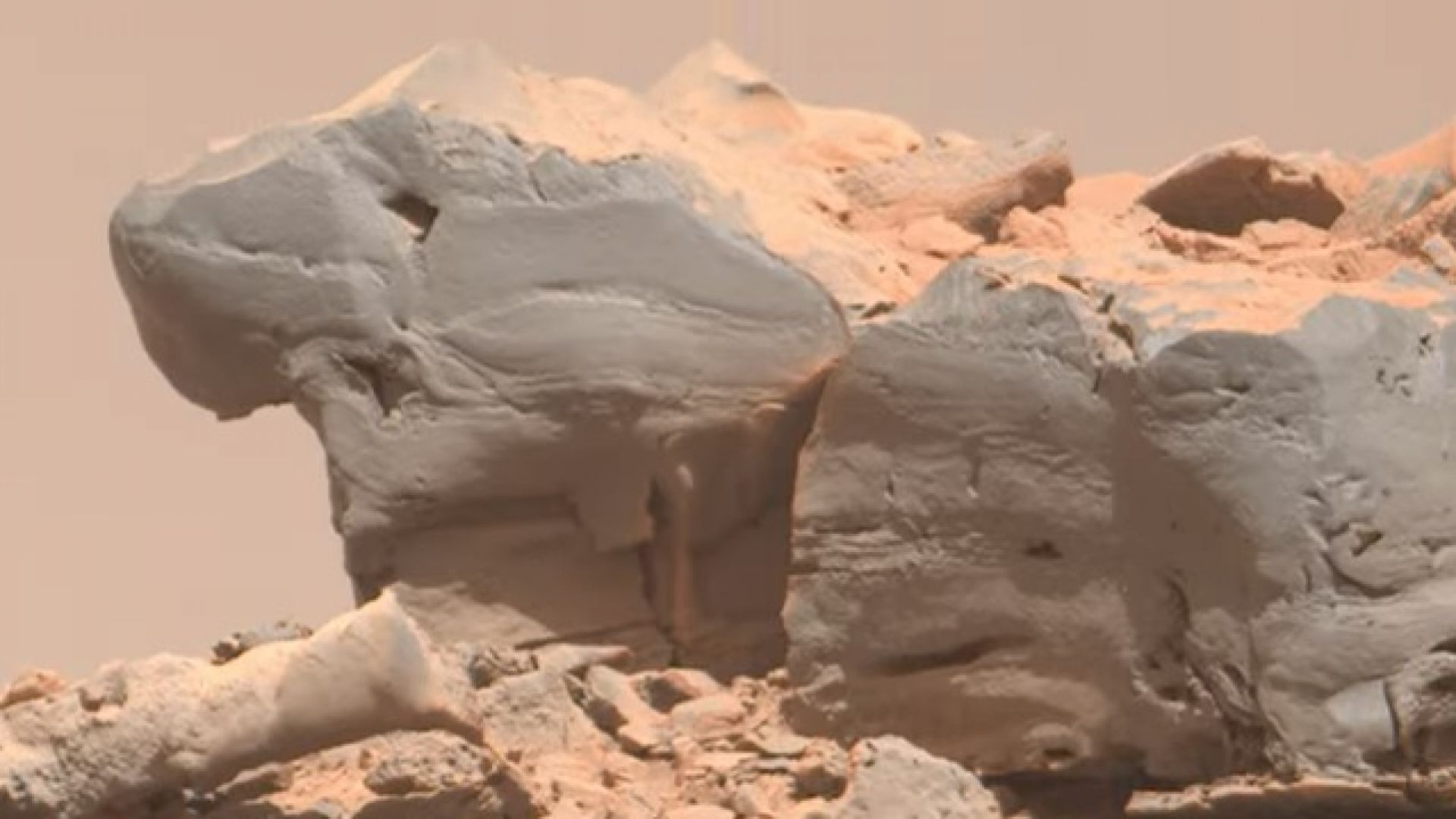 """Роувърът """"Кюриосити"""" засне камък като гущер на Марс (видео)"""