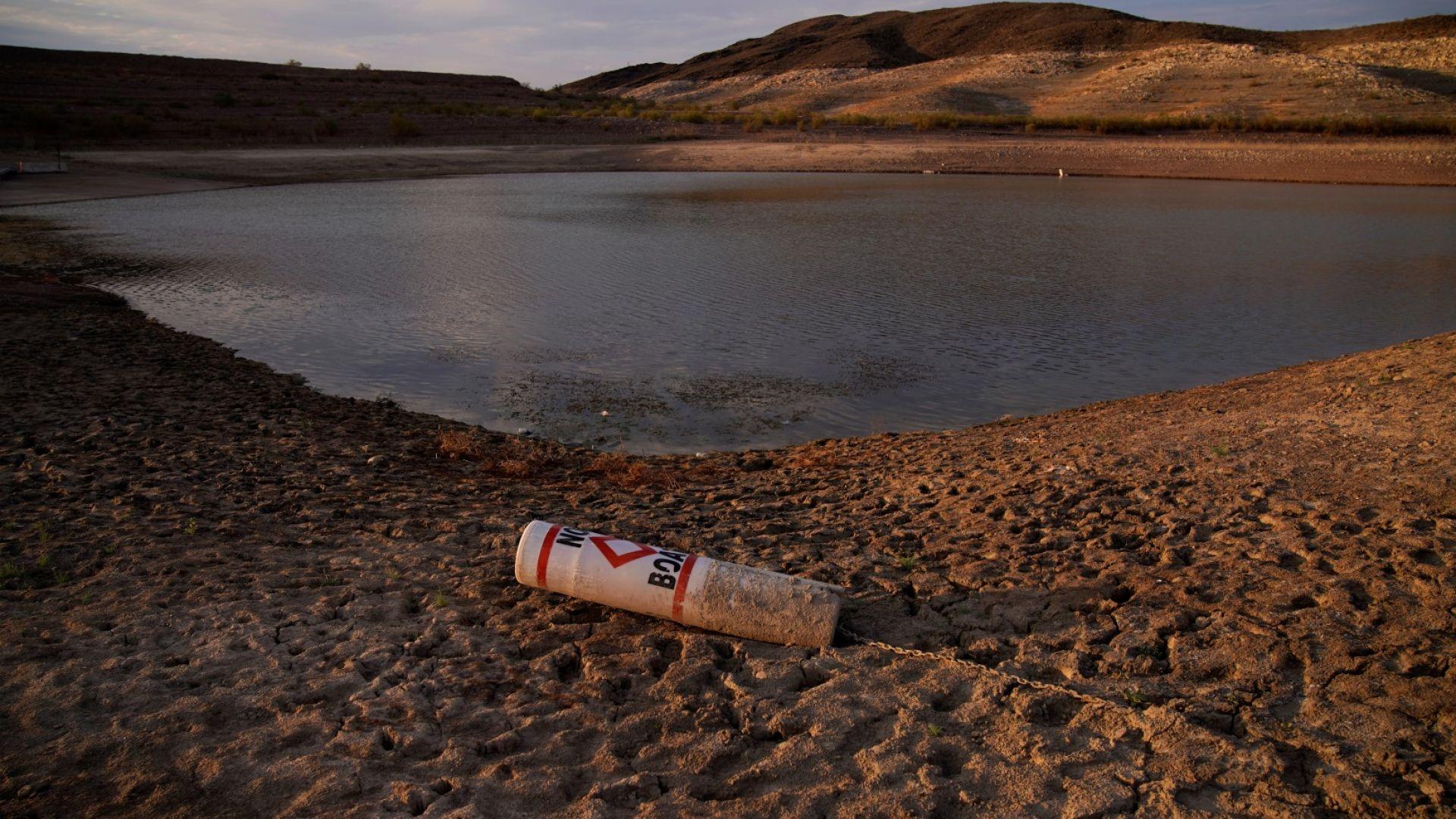 Буя лежи на сушата при затворена рампа за лодки на езерото Мийд в националната зона за отдих на язовира, 13 август 2021 г., близо до Боулдър сити, Невада. Водите в езерото, най-големият резервоар на река Колорадо, паднаха до рекордно ниски нива